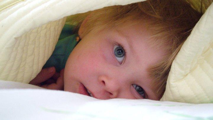 Масло не помогло: Сотрудникам МЧС пришлось спасать малыша, застрявшего между трубами