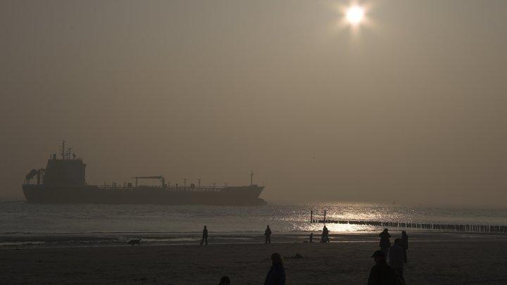 Взрывы и пожар на нефтяных танкерах в порту ОАЭ назвали фейком