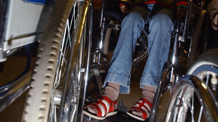 Недовольные соседи ребёнка-колясочника посоветовали его маме думать головой, прежде чем рожать таких детей