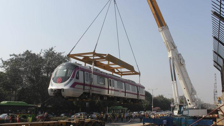 Беспилотный поезд без тормозов пробил стену в метро Нью-Дели