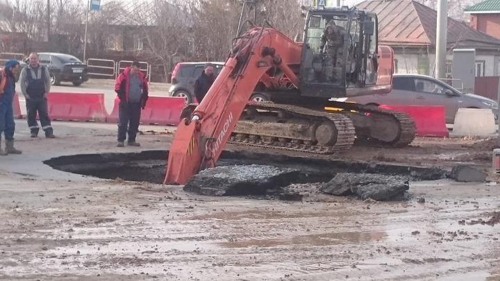 В Челябинске после обвала грунта открывают движение на перекрестке Чайковского и Куйбышева