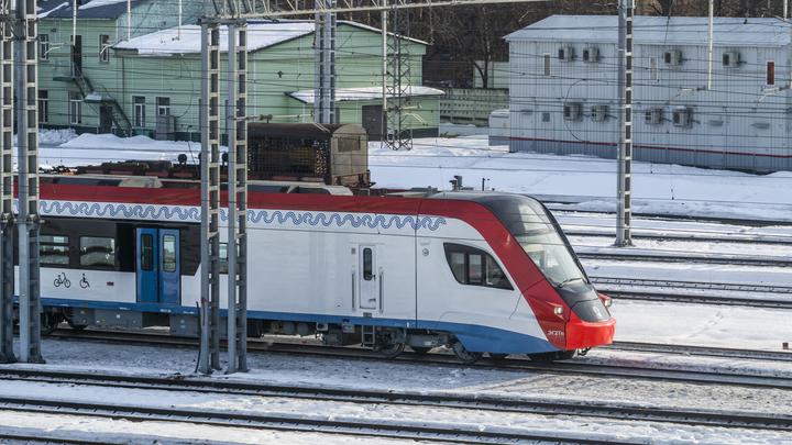 На Рижском вокзале в Москве показали новый вагон с холодильником, душем и СВЧ