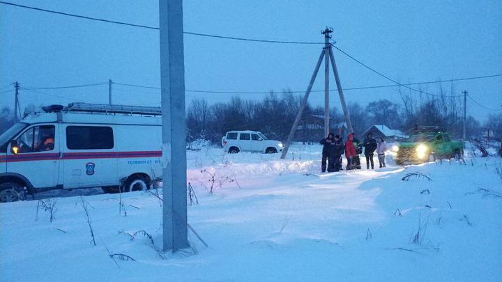 Местные жители на снегоходах довозят спасателей и врачей доместакрушения Ан-148