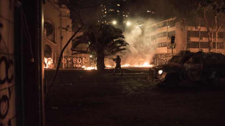 Замалчивается на всех уровнях: В Сеть просочились видео кровавых беспорядков в Чили, раненых больше 1600