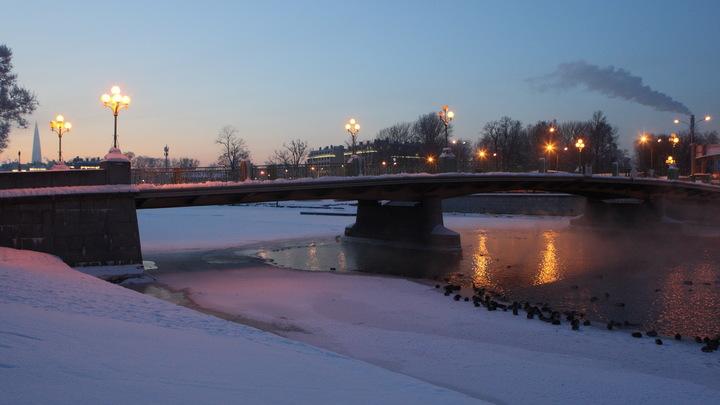 Зима не отступает: в Санкт-Петербурге ожидается мокрый снег, а на дорогах - гололед