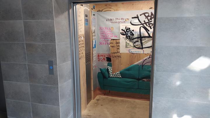 В Подмосковном ЖК не могут справиться с падающими лифтами