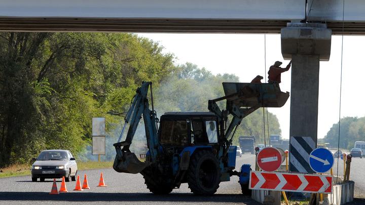Едешь себе, едешь, и - хопа!: Заснявшему опору ЛЭП посреди дороги водителю посоветовали не лезть не туда