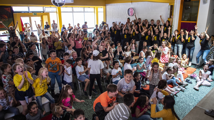 Versuchte, einen Bleistift in den Hals zu stecken: Ein aus Deutschland geflohener Auswanderer sprach über die Schrecken in deutschen Schulen
