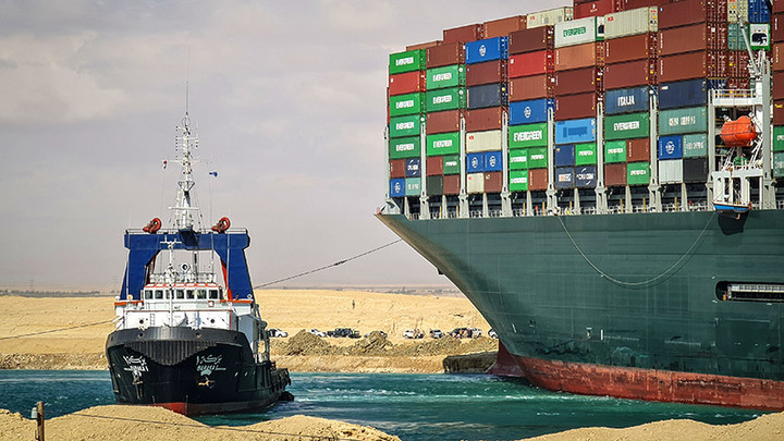 Застрявшее в Суэцком канале судно поможет выплыть России