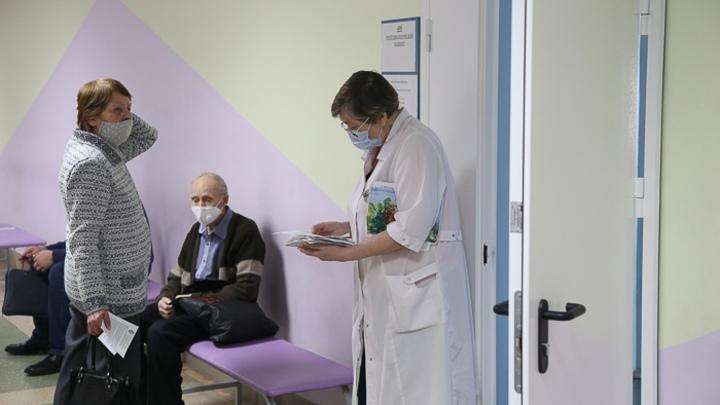 Челябинцы дольше часа сидят в очереди на вакцинацию от коронавируса