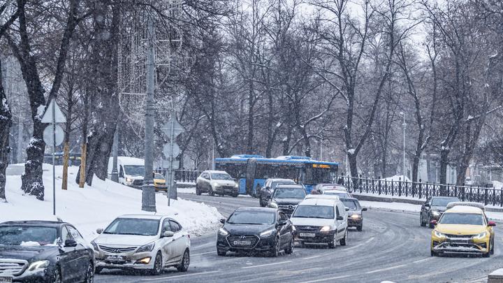 Челябинск встал в 9-балльных пробках из-за снега