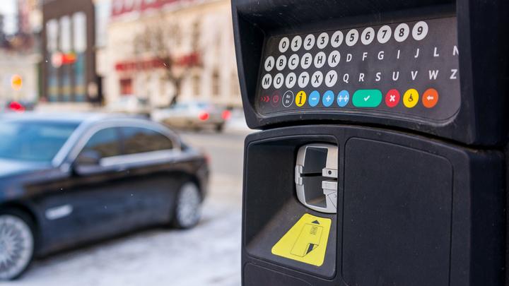 Минфин скупает валюту на сверхдоходы, а регионам рекомендует больше платных дорог и парковок