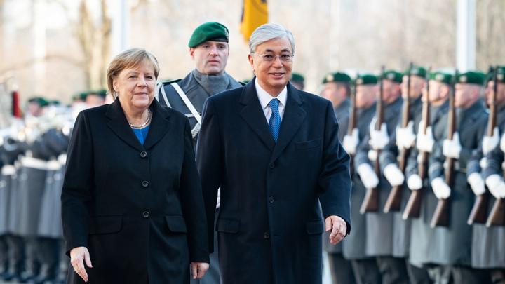 Это лучше, чем если бы упала: На встрече с Токаевым Меркель сидя прослушала гимн Казахстана