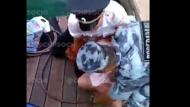 Я на губернатора работаю: в Сочи полицейские жестко скрутили туристок у морпорта