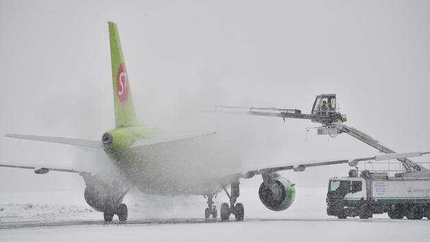 Вслед за дорогами в Москве парализовало воздушные линии: Отменены и задержаны свыше 70 авиарейсов