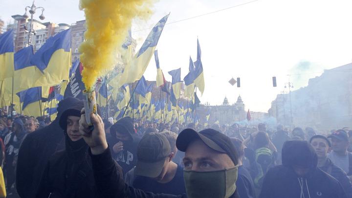 Неонацисты на коленях - тренд 2020 года: Бандеровцев жёстко унизили в Киеве за вопрос Чей Крым?
