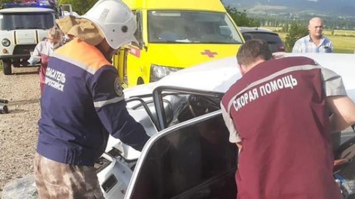 Под Новороссийском столкнулись две отечественные легковушки. Шестеро человек пострадали