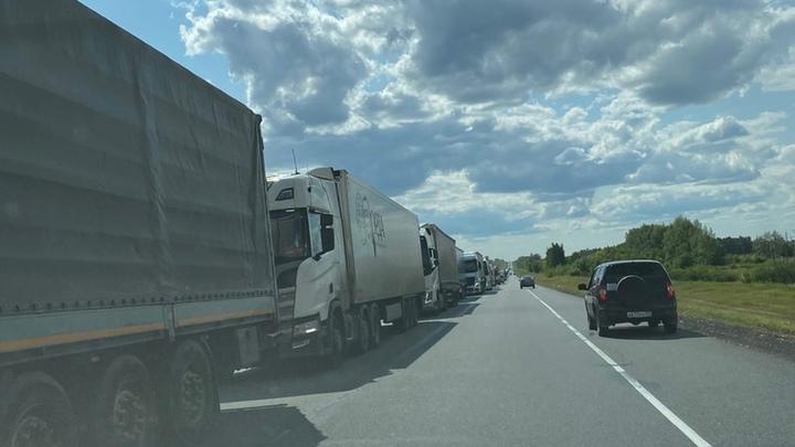 В Самарской области транспортный коллапс: под Сызранью образовалась пробка длиной 27 км