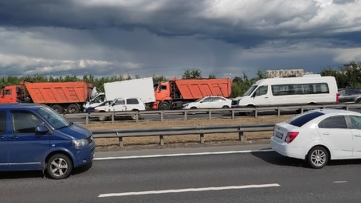 Бутерброд из самосвалов и паровоз из легковушек: два серьёзных ДТП затормозили движение на КАД