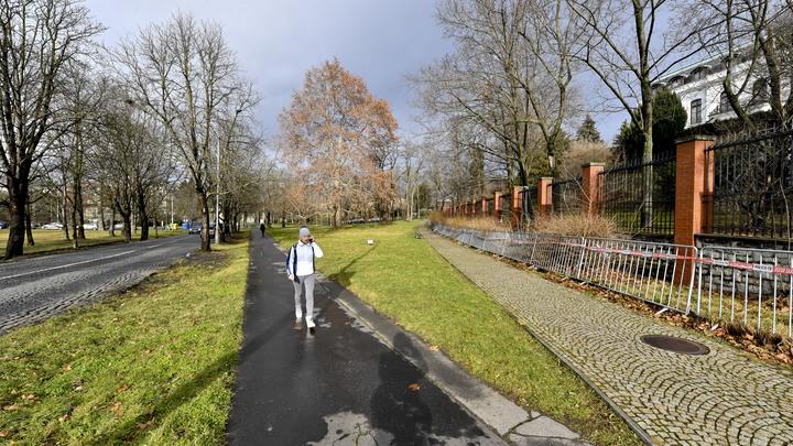 Власти за, общественники - против: В Праге переименовали площадь и аллею в честь Немцова и Политковской