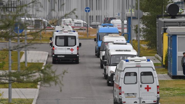 В Новосибирске возле больницы №11 скопилась очередь из машин скорой помощи