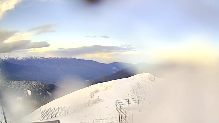 В горах Сочи из-за сильного снегопада закрыли летние турмаршруты