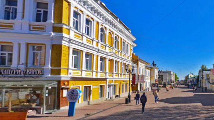 На недавно благоустроенной главной улице Нижнего Новгорода устраняют коммунальную аварию