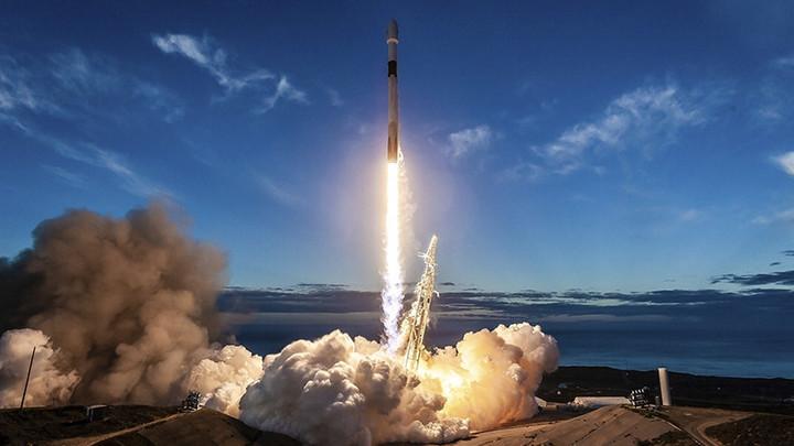 Не только вывела, но и мягко посадила: SpaceX отчиталась о запуске ракеты со спутником связи