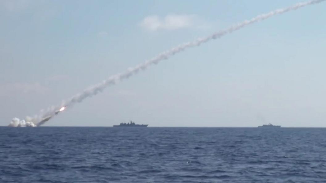 Минобороны показало видео атаки крылатых ракет Калибр по позициям ИГИЛ в Сирии