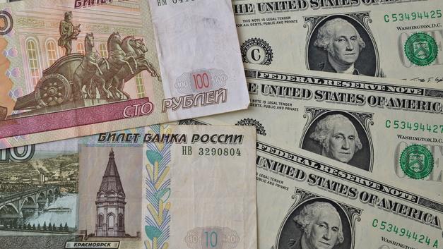 Рубль вырос к доллару и евро из-за цен на нефть и решения Трампа