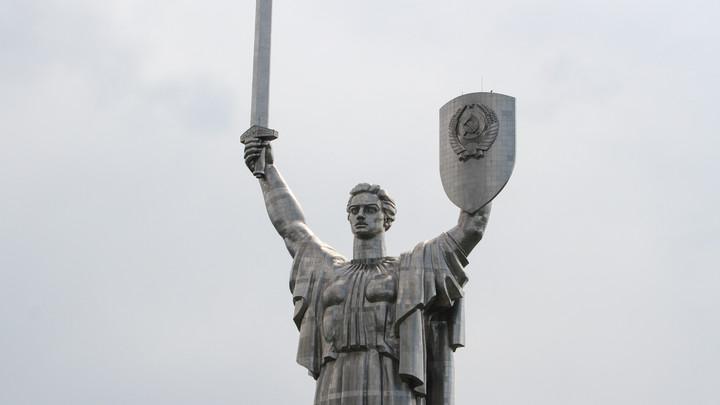 Декоммунизация в действии: В Киеве хотят срезать герб СССР с монумента Родина-мать
