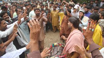 Над 16-летней пакистанкой надругались на глазах у родителей по приказу совета старейшин