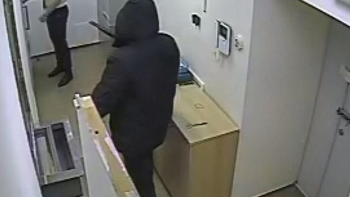 Скрутили сами, потеряв одного: В Екатеринбурге вооруженный грабитель напал на банк, но недооценил посетителей
