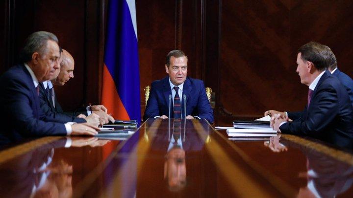 Исправляют свои же ошибки: Правительство Медведева надеется выплыть за счёт 4-дневной недели - эксперт