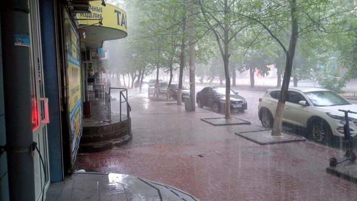 Последствия ураганного ливня с градом в Ростове 19 мая: Потоп, битые машины, рухнувший асфальт