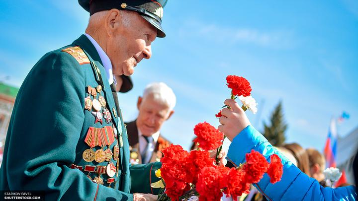 Тысячи человек пришли в немецкий Трептов-парк, чтобы возложить цветы