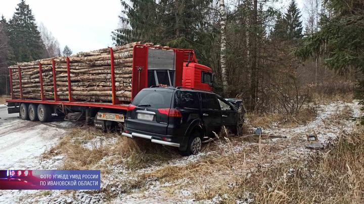 На трассе Ростов-Иваново-Нижний Новгород столкнулись лесовоз и внедорожник, погиб человек