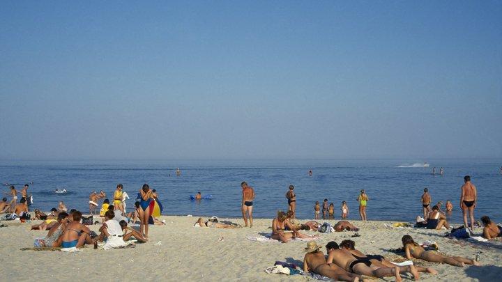 Чёрное море оказалось заразным. Людей отгоняют от пляжей