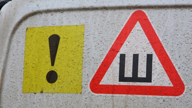 Российские водители потратили на оказавшийся ненужным знак «Шипы» 700 млн рублей
