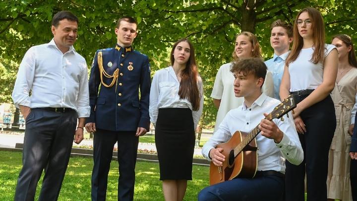 В Подмосковье на выпускные пустят по одному родителю на школьника