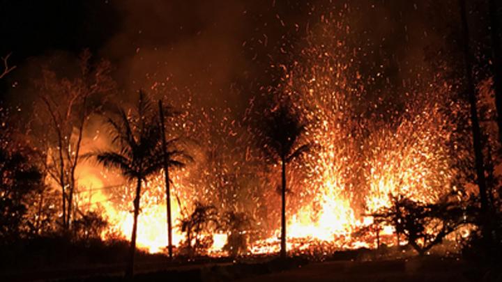 Огненная волна в Гавайах: Лава из вулкана уничтожает все на своем пути - видео