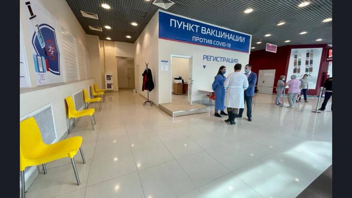 Новосибирцы выстроились в очередь у прививочного пункта в «Сан Сити»