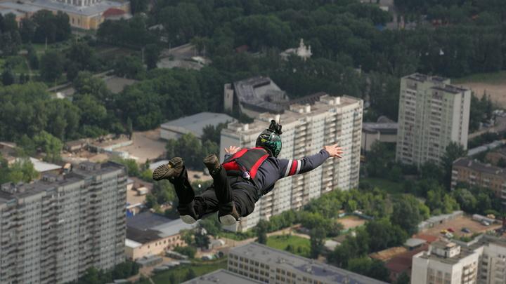 Обладатель фиолетового пояса по прыжкам с парашютом: Российские школьники выбрали учителя года