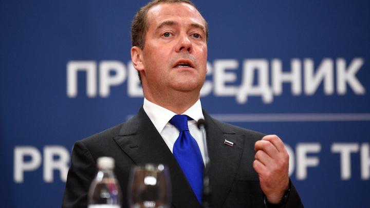 Воды нет! Но вы держитесь!: В Рунете за Медведева додумали ответ пожаловавшейся женщине