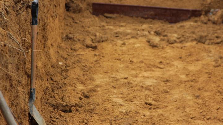 В Новосибирске прошли соревнования по выкапыванию могил на скорость