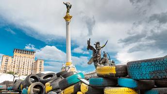 Бей фашистов! - В Киеве участники Бессмертного полка подрались с укронацистами