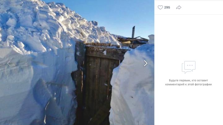 В Челябинской области жители копают тоннели в снегу, чтобы попасть домой