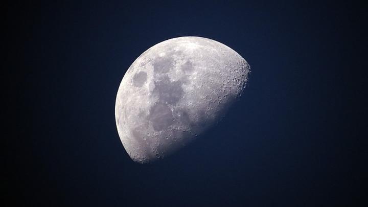 Ученые: Если Землю не уничтожит Солнце, то на нее упадет Луна