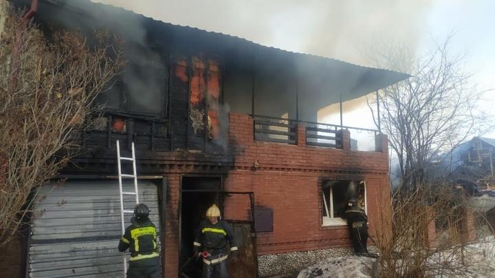 В Новосибирске произошёл серьёзный пожар в частном доме на двух хозяев