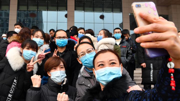 Китайцы — не люди, а биороботы: Спасением от коронавируса назвали отказ от бананов и серебро. Не верьте